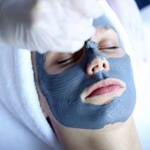 Alie applying mask